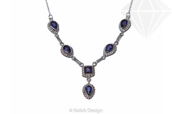 Egy drágakővel díszített ezüst nyaklánc ideális ajándék bármilyen alkalomra.